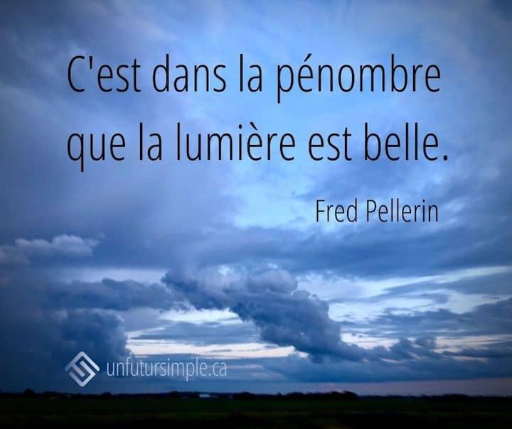 Citation de Fred Pellerin: C'est dans la pénombre que la lumière est belle. Arrière-plan: Ciel bleu turquoise avec nuages stylisés.