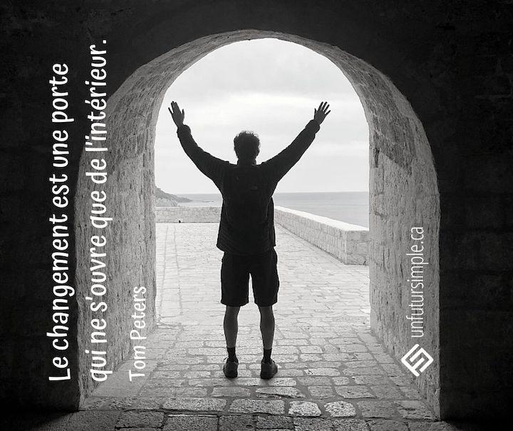 Citation de Tom Peters. Le changement est une porte qui ne s'ouvre que de l'intérieur. Arrière-plan: Homme vu de dos avec les bras en l'air dans une arche en pierres.
