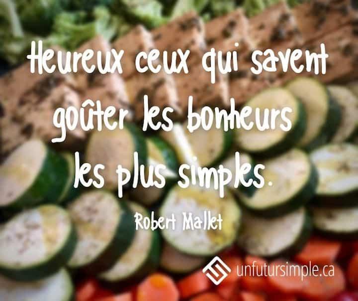 Citation de Robert Mallet. Heureux ceux qui savent goûter les bonheurs les plus simples. Arrière-plan: Gros plan sur des légumes et tofu alignés par couleur un peu flou.