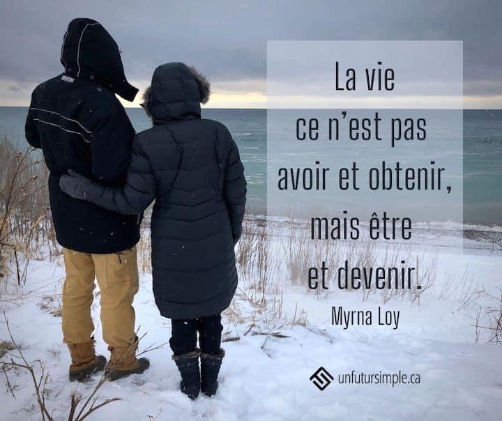 Citation de Myrna Loy. La vie ce n'est pas avoir et obtenir mais être et devenir. Arrière-plan: Homme et femme vus de dos regardant le lac Ontario alors qu'il neige.