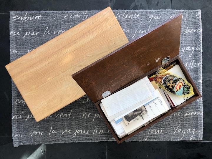 Deux boîtes à souvenirs en bois.