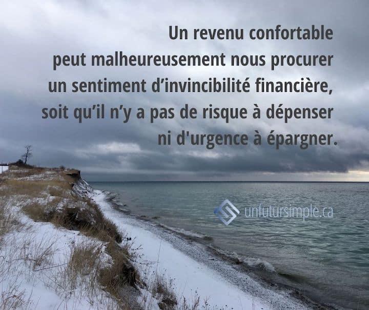 Citation relative à invincibilité financière: Un revenu confortable peut malheureusement nous procurer un sentiment d'invincibilité financière, soit qu'il n'y a pas de risque à dépenser ni d'urgence à épargner. Arrière-plan : nuages gris au-dessus de la rive du Lac Ontario en hiver.