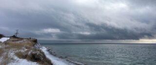 Nuages gris au-dessus de la rive du Lac Ontario en hiver.