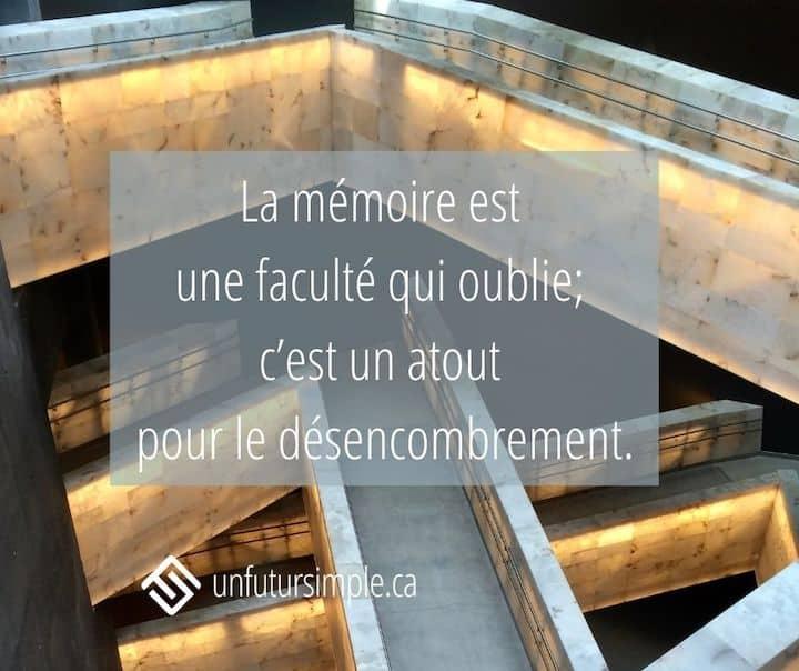 Citation relative aux boîtes de souvenirs: La mémoire est une faculté qui oublie; c'est un atout pour le désencombrement. Arrière-plan: rampes à l'intérieur du Musée canadien pour les droits de la personne.