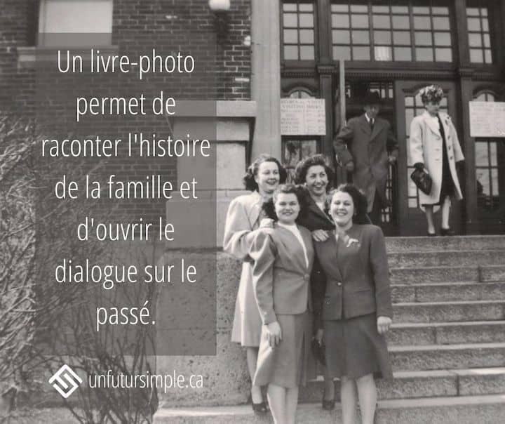 Citation relative à tri de photos anciennes de famille: Un livre-photo permet de raconter l'histoire de la famille et d'ouvrir le dialogue sur le passé. Arrière-plan: Photo ancienne de quatre femmes devant un édifice à Montréal