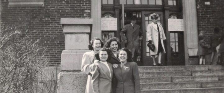 Photo ancienne de quatre femmes devant un édifice à Montréal
