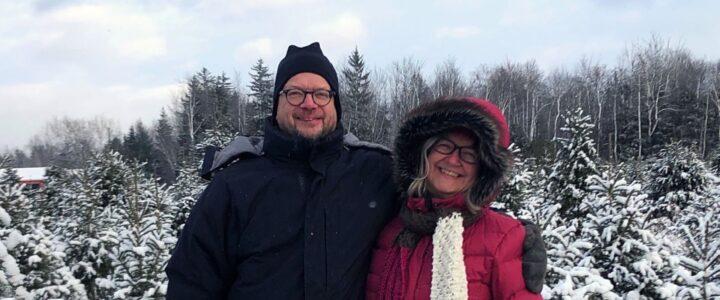 Michel et Julie dehors en hiver dans une pépinière d'arbres de Noël