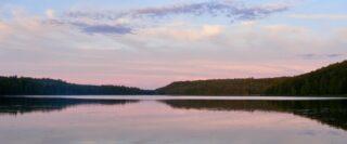 Lac et ciel dans des teintes pastelles