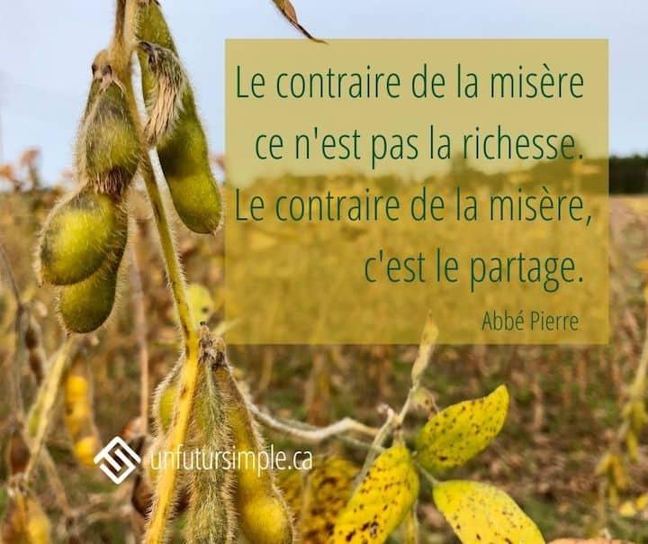 Citation de l'Abbé Pierre: Le contraire de la misère ce n'est pas la richesse. Le contraire de la misère, c'est le partage. Arrière-plan: Gros plan sur des fèves soya séchés dans un champs.