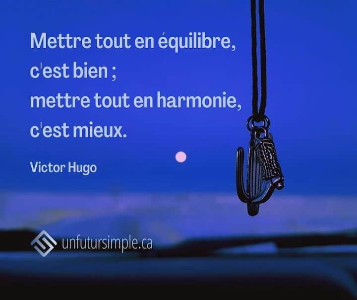 Citation sur l'harmonie par Victor Hugo: Mettre tout en équilibre, c'est bien; mettre tout en harmonie, c'est mieux. Arrière-plan: Médaillons en forme de cactus de de botte de cowboy suspendu..