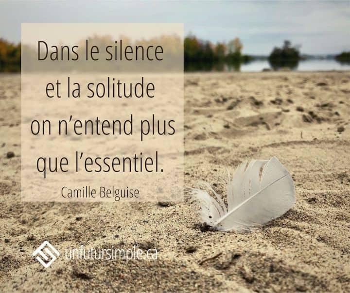 Citation de Camille Belguise : Dans le silence et la solitude on n'entend plus que l'essentiel. Plume de mouette dans le sable avec rivière en arrière-plan.
