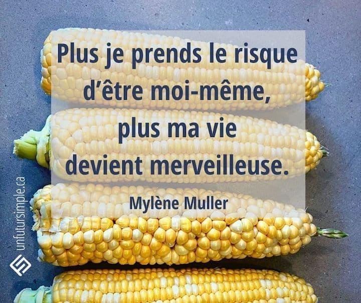 Citation de Mylène Muller : Plus je prends le risque d'être moi-même, plus ma vie devient merveilleuse. Plongée sur quatre épis de maïs crus dont un dont les grains ne sont pas alignés.