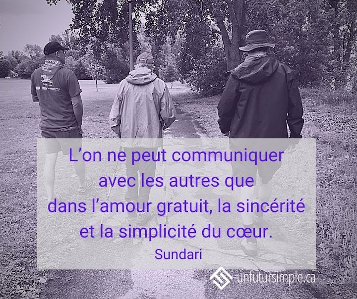 Citation de Sundari : L'on ne peut communiquer avec les autres que dans l'amour gratuit, la sincérité et la simplicité du cœur. Trois hommes vus de dos qui marchent sur une piste dans un parc.