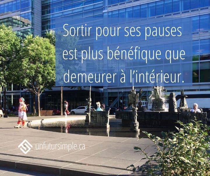 Citation relative au pouvoir des pauses: Sortir pour ses pauses est plus bénéfique que rester à l'intérieur. Arrière-plan: quelques personnes, certaines déguisées, autour d'une fontaine à Montréal.