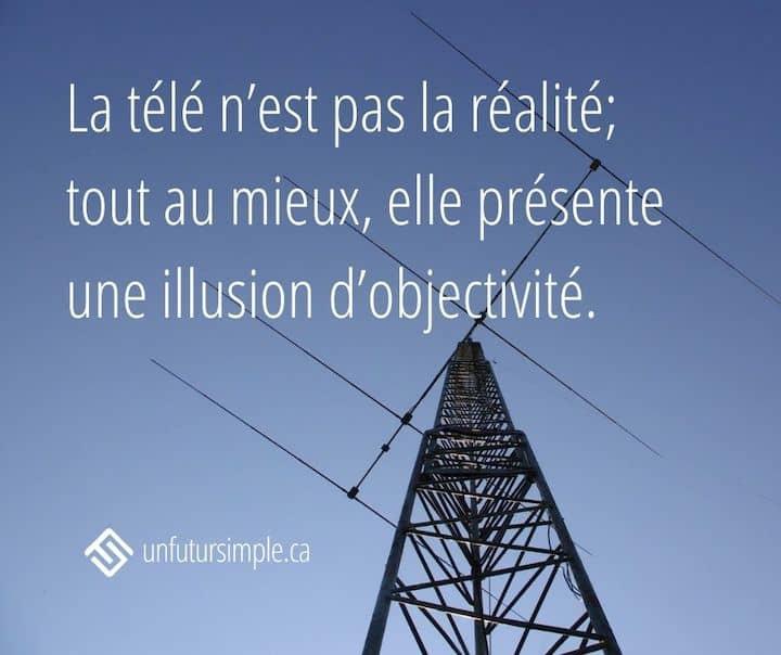 Citation relative aux méfaits de la télévision: La télé n'est pas la réalité; tout au mieux, elle présente une illusion d'objectivité. Arrière-plan: antenne devant un ciel bleu.
