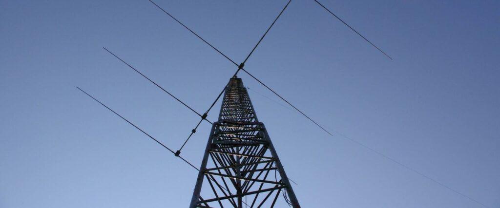 antenne devant un ciel bleu