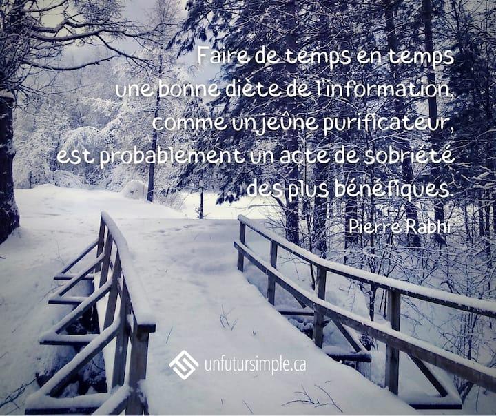 Citation de Pierre Rahbi : Faire de temps en temps une bonne diète de l'information, comme un jeune purificateur, est probablement un acte de sobriété des plus bénéfiques. Pont couvert de neige menant vers une clairière enneigée.