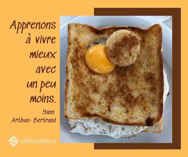 Citation de Yann Arthus-Bertrand : Apprenons à vivre mieux avec un peu moins. Rôtie avec jaune d'œuf découpé.