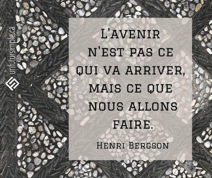 Citation de Henri Bergson : L'avenir n'est pas ce qui va arriver, mais ce que nous allons faire. Sentier de pierres à motifs.