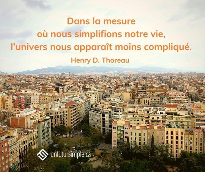 Citation de Henry D. Thoreau : Dans la mesure où nous simplifions notre vie, l'univers nous apparaît moins compliqué. Vue de Barcelone à partir de la Sagrada Familia.
