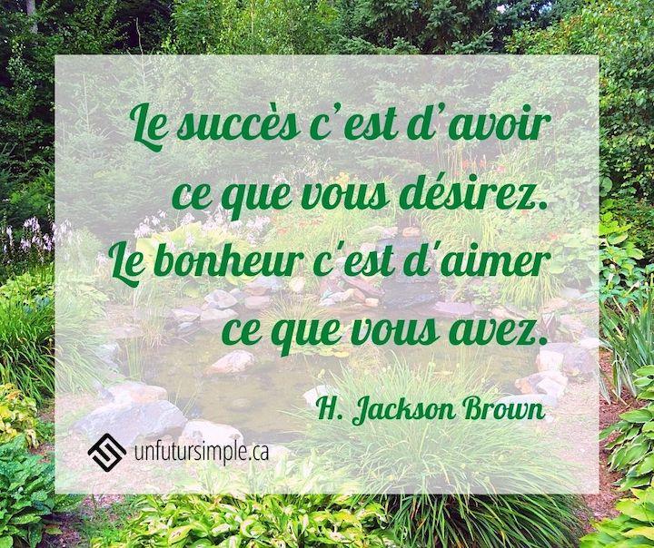 Citation de H. Jackson Brown : Le succès c'est d'avoir ce que vous désirez. Le bonheur c'est d'aimer ce que vous avez. Étang avec cascade dans un joli jardin aménagé.
