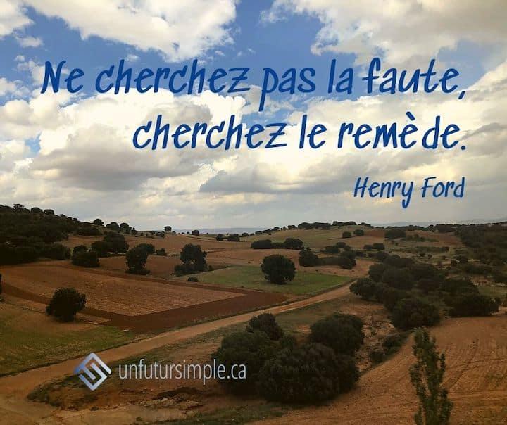 Citation de Henry Ford : Ne cherchez pas la faute; cherchez le remède. Campagne espagnole avec terre cultivée au repos.