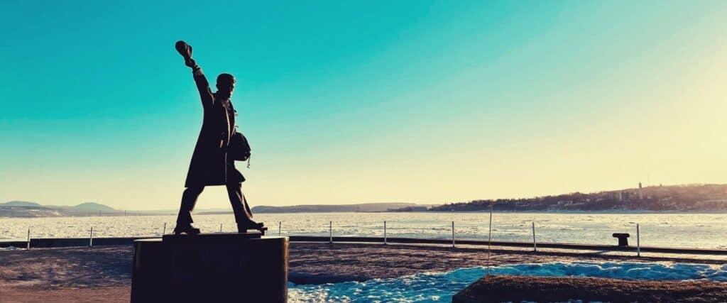 Statue à la mémoire des marins de la marine marchande dans le port de Québec