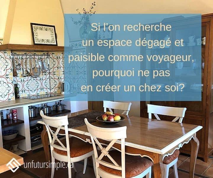 Citation relative aux conseils pour désencombrer: Si l'on recherche un espace dégagé et paisible comme voyageur, pourquoi ne pas en créer un chez soi? Arrière-plan: une cuisine d'un logement AirBnB en Espagne.