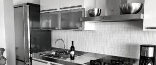 Comptoir et armoires de cuisine et réfrigérateur dans un logement Airbnb en Croatie.