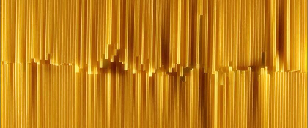 Bâtons de spaghetti en rangées.