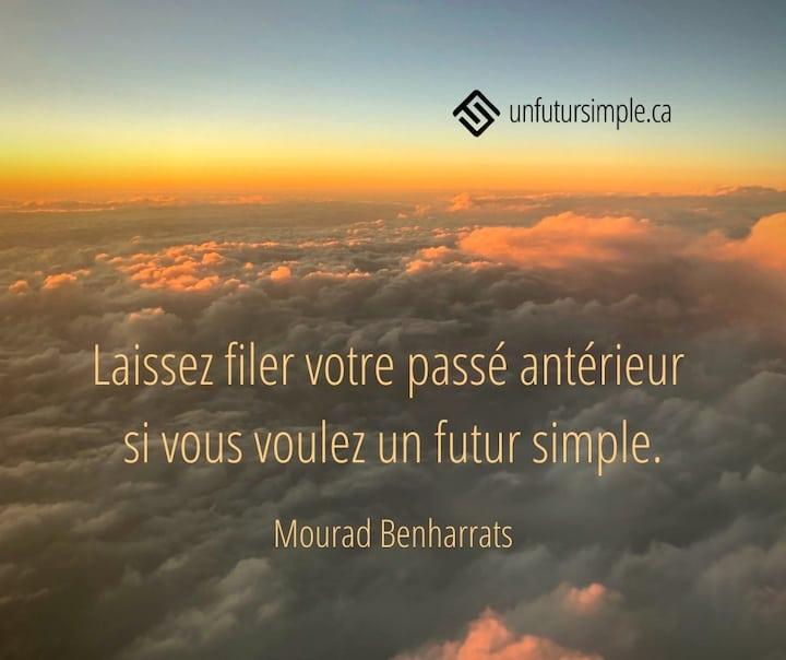 Citation de Mourad Benharrats : Laissez filer votre passé antérieur si vous voulez un futur simple. Nuages orangés vus d'un hublot d'avion.
