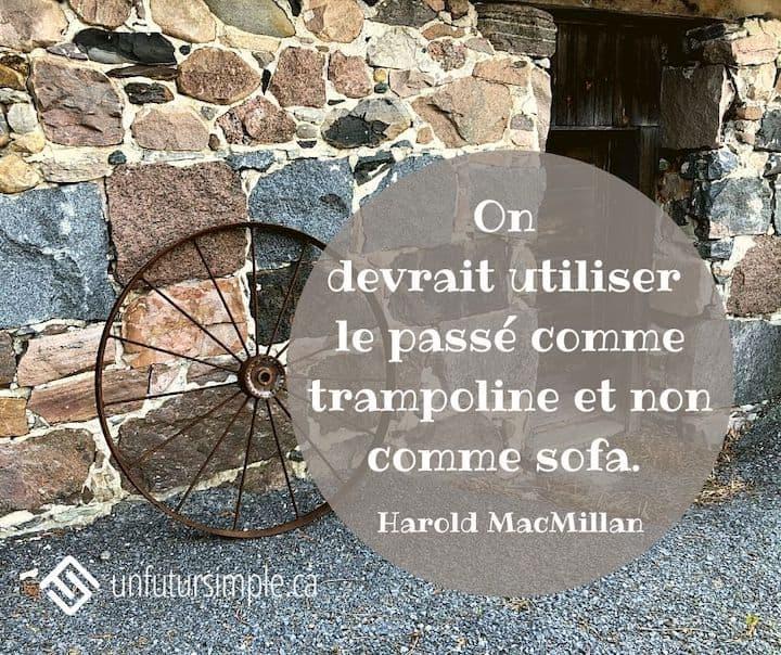 Citation de Harold MacMillan: On devrait utiliser le passé comme trampoline et non comme sofa. Roue de charrue dégarnie placée contre un mur de pierres anciennes.