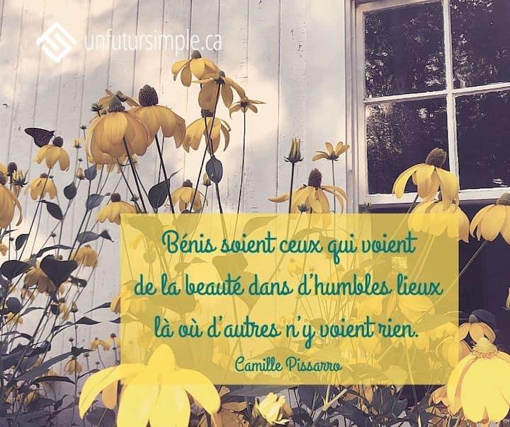 Citation de Camille Pissarro: Bénis soient ceux qui voient de la beauté dans d'humbles lieux là où d'autres n'y voient rien. Rudbeckies hérissées jaunes devant une maisonnette de planches blanches avec une vieille fenêtre.