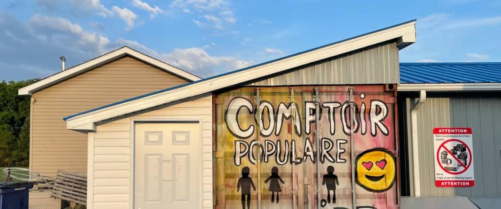 Petit bâtiment avec affiche peinte à la main pour un Comptoir populaire
