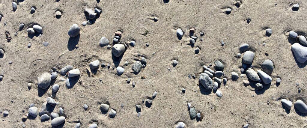 Petits cailloux sur une plage de sable