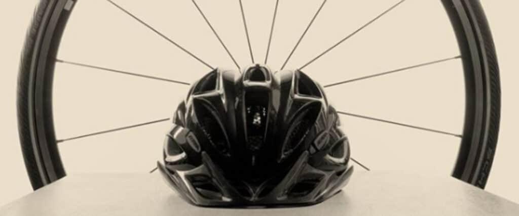 Casque de vélo devant une roue de vélo