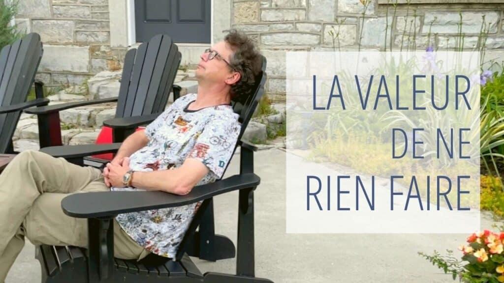 Annonce de la vidéo La valeur de ne rien faire avec image de Michel en réflexion dans une chaise à l'extérieur