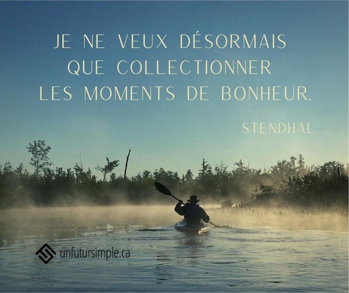 Citation de Stendhal: Je ne veux désormais que collectionner les moments de bonheur. Homme en kayak vu de dos à l'aube dans un brouillard.