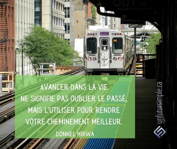 Citation de Donnel Hirwa: Avancer dans la vie ne signifie pas oublier le passé, mais l'utiliser pour rendre votre cheminement meilleur. Arrière d'un metro dans une station à Chicago.