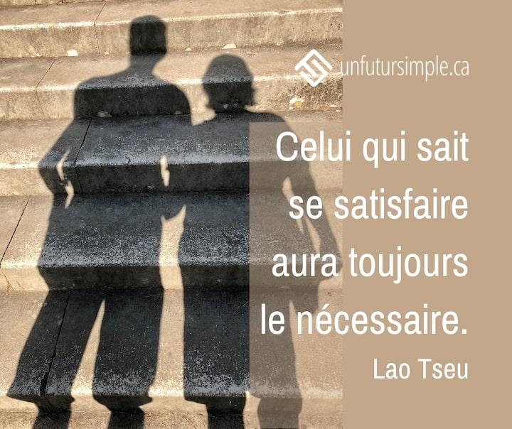 Citation de Lao Tseu: Celui qui sait se satisfaire aura toujours le nécessaire. Ombre sur des escaliers en ciment de deux personnes se tenant par la main.