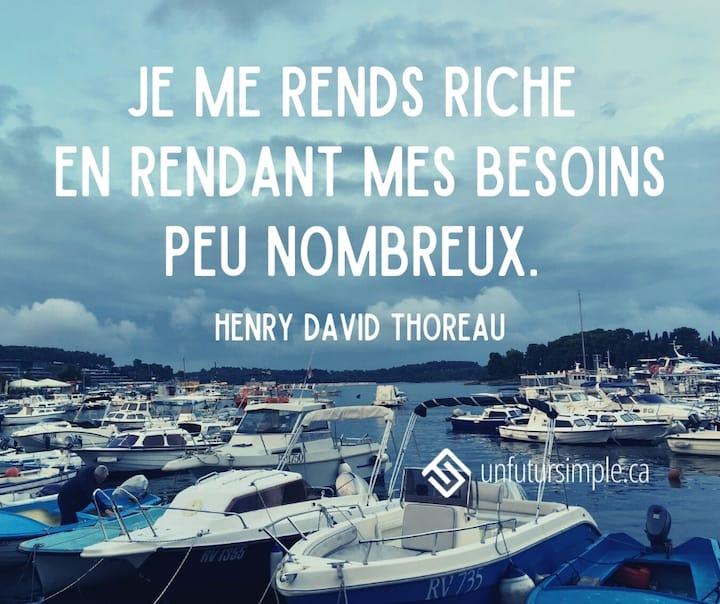 Citation de Henry David Thoreau: Je me rends riche en rendant mes besoins peu nombreux. Bateaux de plaisance au port de Rovinj en Croatie.